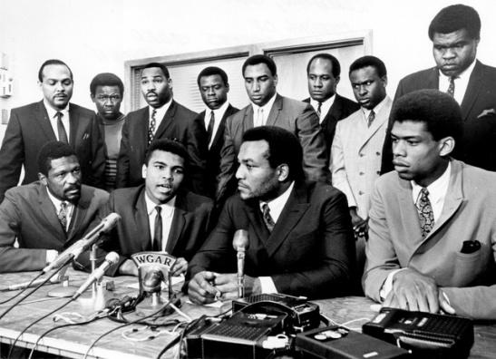 Conferencia de prensa de  Muhammad Ali, Bill Russell y otras figuras destacadas.