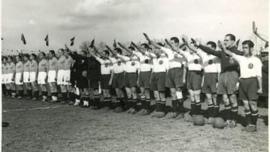 La Furia española, de blanco, con el brazo en alto antes de un amistoso con una diezmada Francia en 1942