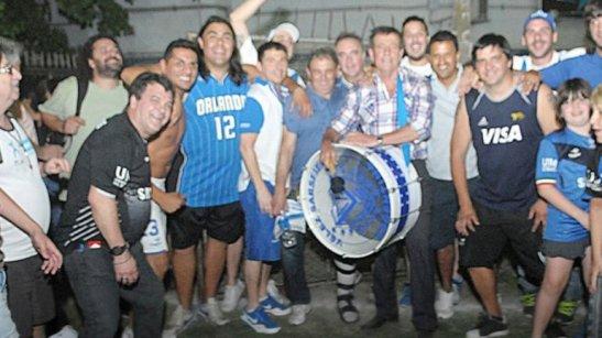 Gámez festejó también con la barrabrava del club (foto via velezsarsfield.com.ar)