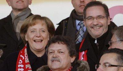 Angela Merkel bancando al Energie Cottbus en un partido de Bundesliga de 2008