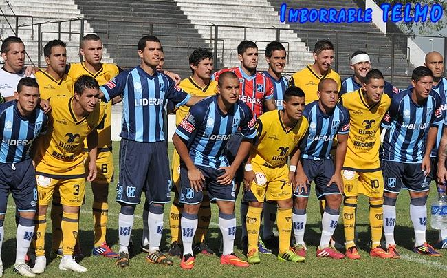 Los planteles de Dock Sud y San Telmo posan juntos antes del partido, como mensaje contra la violencia. (via imborrabletelmo.blogspot.com)