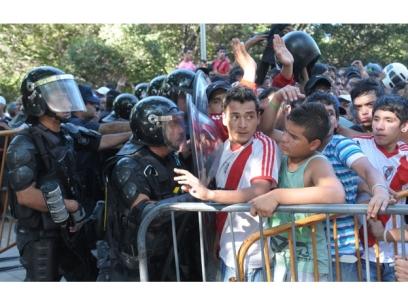 Los operativos mal organizados por considerar al hincha como violento, generan disturbios (foto via diario uno)