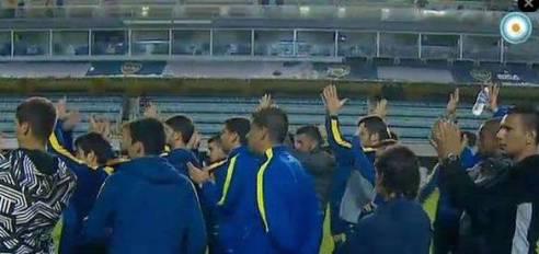 La imagen final de los jugadores de Boca en una noche lamentable (via losandres.com.ar)