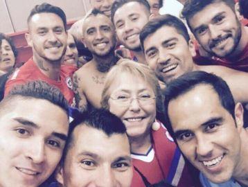 Bachelet festeja junto con los jugadores. El fútbol es un atractivo para la política, a pesar de las protestas que se generan en torno a los eventos